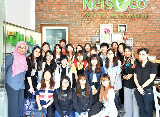 A group photo with students and lecturers from Southern College University.