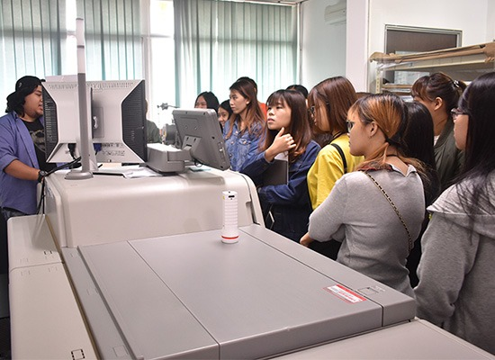 Students were briefed with the usage of digital printing machine.