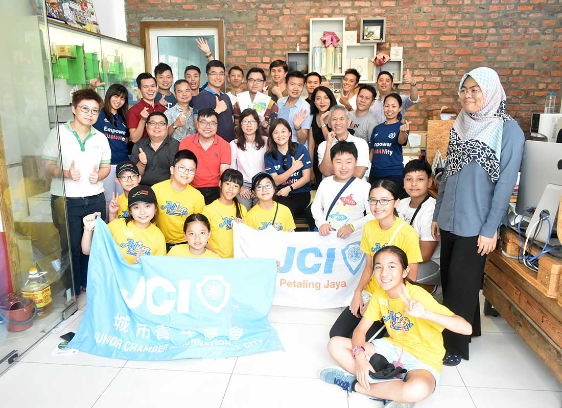 A group photo with the visitors from Junior Youth Chamber (JCI) Petaling Jaya and JCI Hong Kong for their Junior Ambassador Program. We have received a total of 31 junior students and their senior from JCIPJ and JCI Hong Kong.